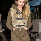 Auch Jessica Alba trägt Pelz auf ihrem Wintermantel, schön derb in Westen-Optik und Lederschnallen.