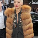 """Auch Sängerin Rita Ora (""""I Will Never Let You Down"""") liebt den auffälligen Fell-Trend und wählt eine Weste in gesteppter Fuchs-Optik."""