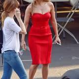 Rot wie die Liebe und hauteng geschnitten ist das Cocktailkleid, in dem Jennifer Lopez ihre tollen Kurven präsentiert.
