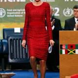 """Pailletten-Kleid mit Wow-Effekt: Königin Letizia sorgt rot-glitzernden Etuikleid einem Treffen der """"United Nations' Food and Agriculture Organisation"""" für offenen Münder."""