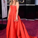 Vier Jahre lang war Jennifer Aniston Oscars-abstinent. Für ihren großen Auftritt in diesem Jahr entschied sie sich für ein trägerloses knallrotes Ballkleid von Valentino und sah darin umwerfend aus.