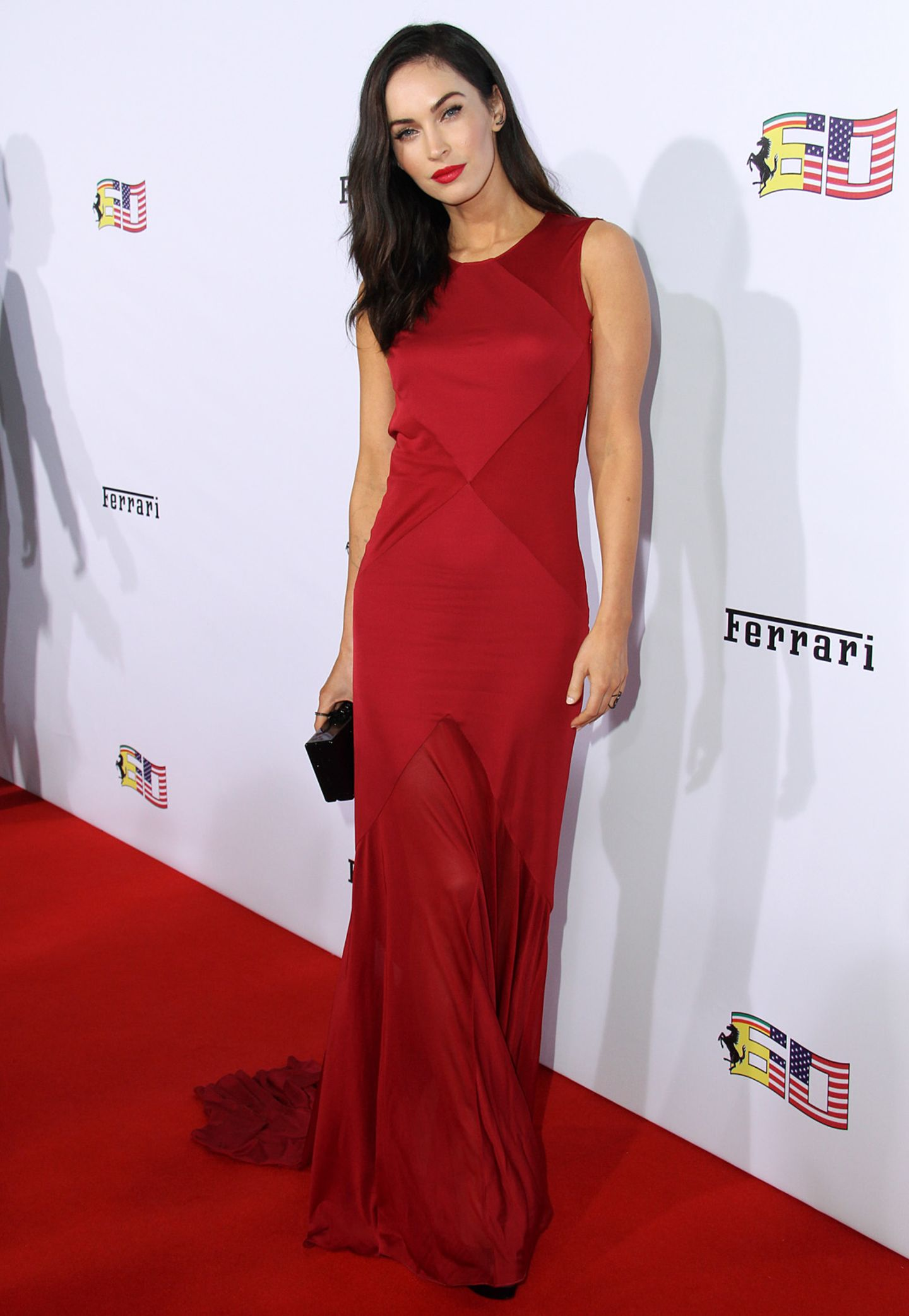 Megan Fox setzt bei einem Ferrari-Event in Beverly Hills auf schlichte Eleganz und verzichtet auf die Schärpe.