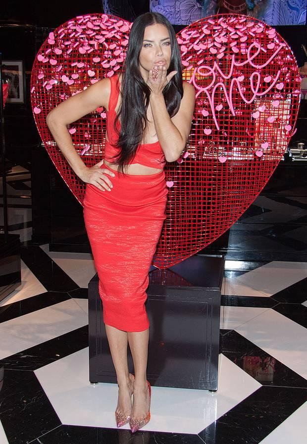 """Topmodel Adriana Lima gibt im bauchfreien, rot-glänzendem Dress bei einem Event von """"Victori's Secret""""-Event in Las Vegas Geschenke-Tipps für den Valentinstag."""