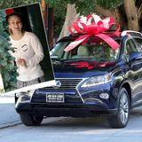 Kaley Cuoco schenkt ihren Eltern zu Weihnachten ein Auto und freut sich selbst über die gelungene Überraschung.