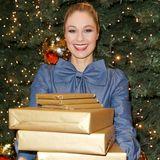 Ruth Moschner hat fleißig Pakete für eine Geschenkespendenaktion in der Europa Passage in Hamburg gepackt.