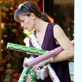 Jennifer Garner deckt sich mit jeder Menge Geschenkpapier und Weihnachtskarten ein.