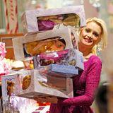 Holly Madison hat Mühe ihre riesige Geschenkeauswahl im Disney-Store zusammenzuhalten.