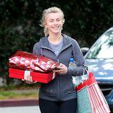 Julianne Hough hat in Los Angeles einige Weihnachtsgeschenke besorgt.