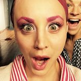 """Beim Anblick ihrer frisch gefärbten, pinken Augenbrauen passend zum pinken Haar macht """"TBBT""""-Star Kaley Cuoco aber ganz schön große Augen!"""
