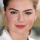 Kate Upton betont ihre kräftigen Brauen noch mit Augenbrauen-Stift und setzt damit einen schönen Kontrast zu ihrem kindlich runden Gesicht.