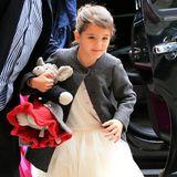 Im Ballett-Look mit perlbesetztem Tütü-Kleid geht's für Suri mit Mama Katie Holmes zum Oster-Brunch.