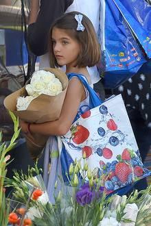 Zusammen mit Mama Katie Holmes besucht Suri einen Wochenmarkt und zeigt ihren neuen Kurzhaarschnitt. Ihr süßes Schleifchen im Haar ist dabei natürlich perfekt auf das restliche Outfit abgestimmt.