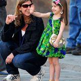 """In einem Sommerkleidchen besucht Suri ihren Vater Tom Cruise am Set von """"Knight and Day""""."""