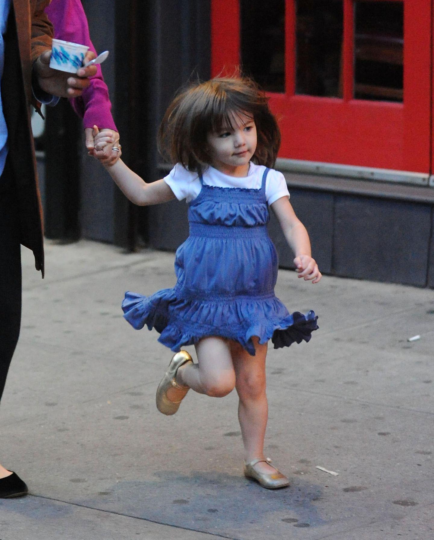 Suri freut sich, dass in New York auch Anfang Oktober noch sommerliche Temperaturen herrschen. Zum gerafften Kleidchen trägt sie