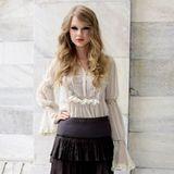 Duch durch Strumpfhose wird das Outfit von Taylor Swift winteratuglich.