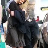 Carey Mulligan geht mit ihrem Freund Marcus Mumford eng umschlungen durch Manhattan.