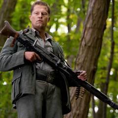 Til Schweiger lässt als Sgt. Hugo Stiglitz die Waffen für sich sprechen.