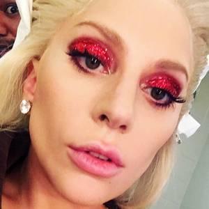 """Lady Gagas Augen-Make-up zum Super Bowl war natürlich besonders auffällig. Großflächig und rot glitzernd passt ihr Lidschatten perfekt zum Glitzer-Outfit in Rot und blauen Fingernägel. Wer """"The Star-Spangled Banner"""" besingt, muss schließlich passend gestylt sein."""