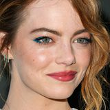 Es muss nicht immer Schwarz sein! Emma Stone zeigt, dass blauer Eyeliner gerade bei rothaarigen Schönheiten fantastisch aussieht.