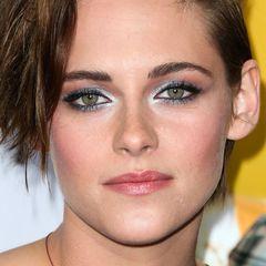 """Mit auffällig silbernen, kajalumrandeten Smokey Eyes zeigt sich Kristen Stewart bei einer Vorführung ihres Films """"Still Alice"""" ungewohnt festlich."""