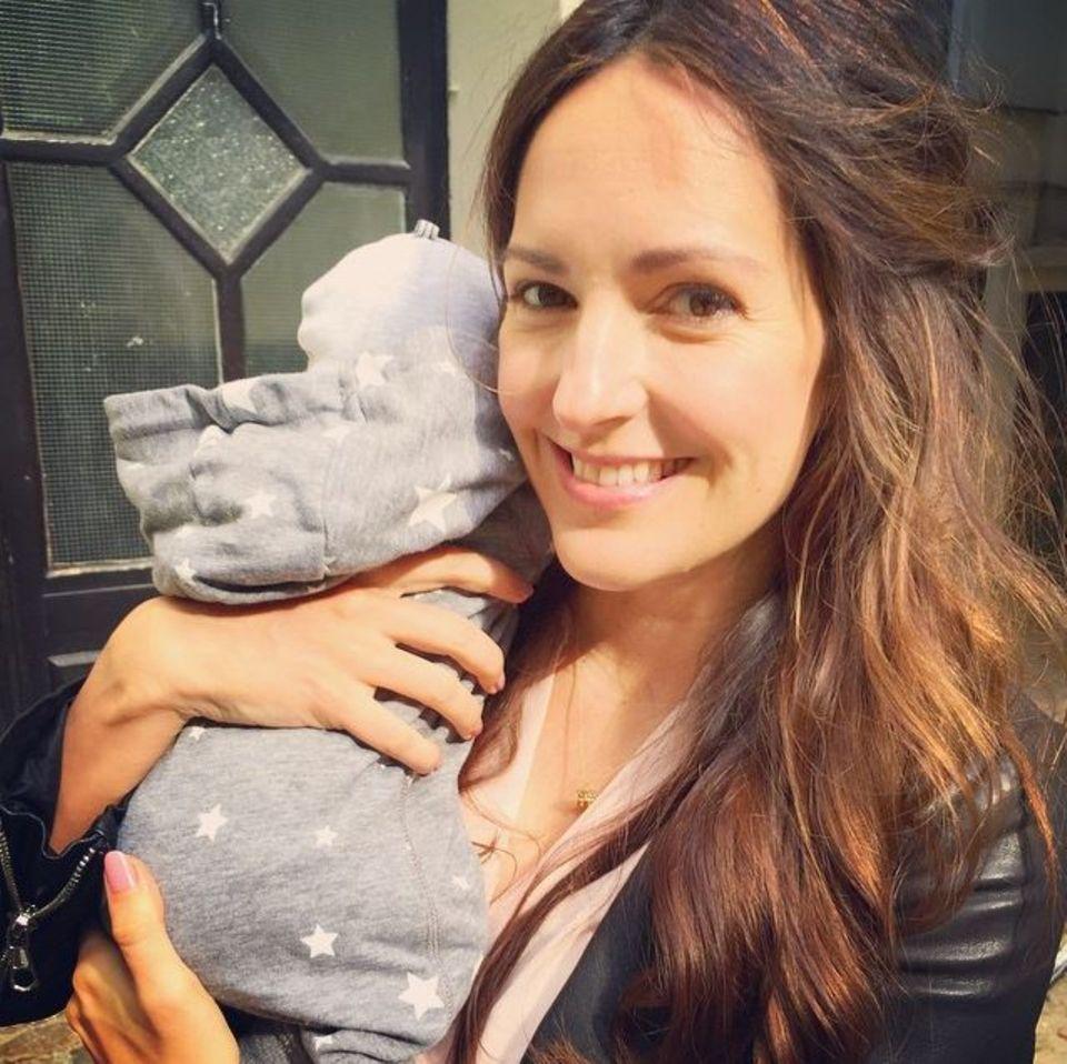 Juli 2015: Mit diesem süßen Foto bedankt sich Johanna Klum für die Glückwünsche ihrer Fans, die sie zur Geburt ihres kleinen Mädchens bekommen hat. Johanna ist mit 35 zum ersten Mal Mutter geworden und sichtlich stolz auf ihre kleine Dame.