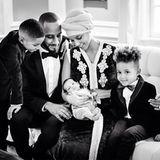 Februar 2015  Was für ein süßes Familienfoto: Sängerin Alicia Keys stellt ihr Söhnchen Genesis Ali Dean zwei Monate nach der Geburt auf Facebook vor.