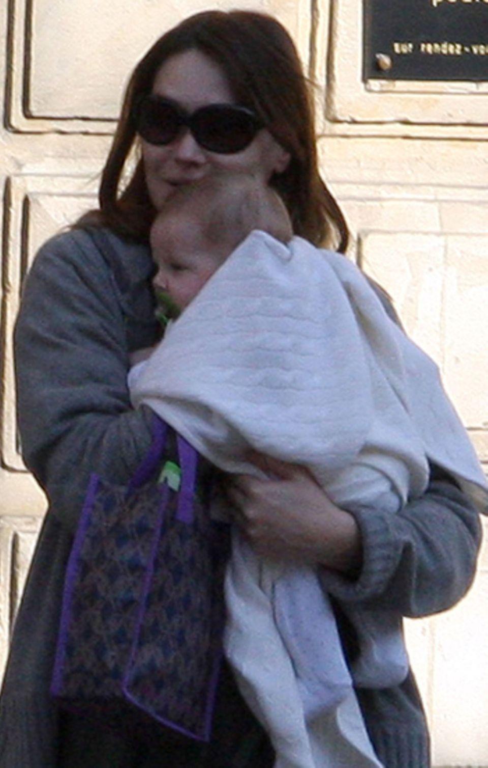 12. März 2012: Obwohl Frankreichs Präsidentengattin Carla Bruni einst schwor, ihre Tochter werde niemals in der Öffentlichkeit z