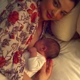 Januar 2011: So süß ist der kleine Flynn! Miranda Kerr postete das erste Foto ihres Babys auf einem Blog, statt es für viel Geld