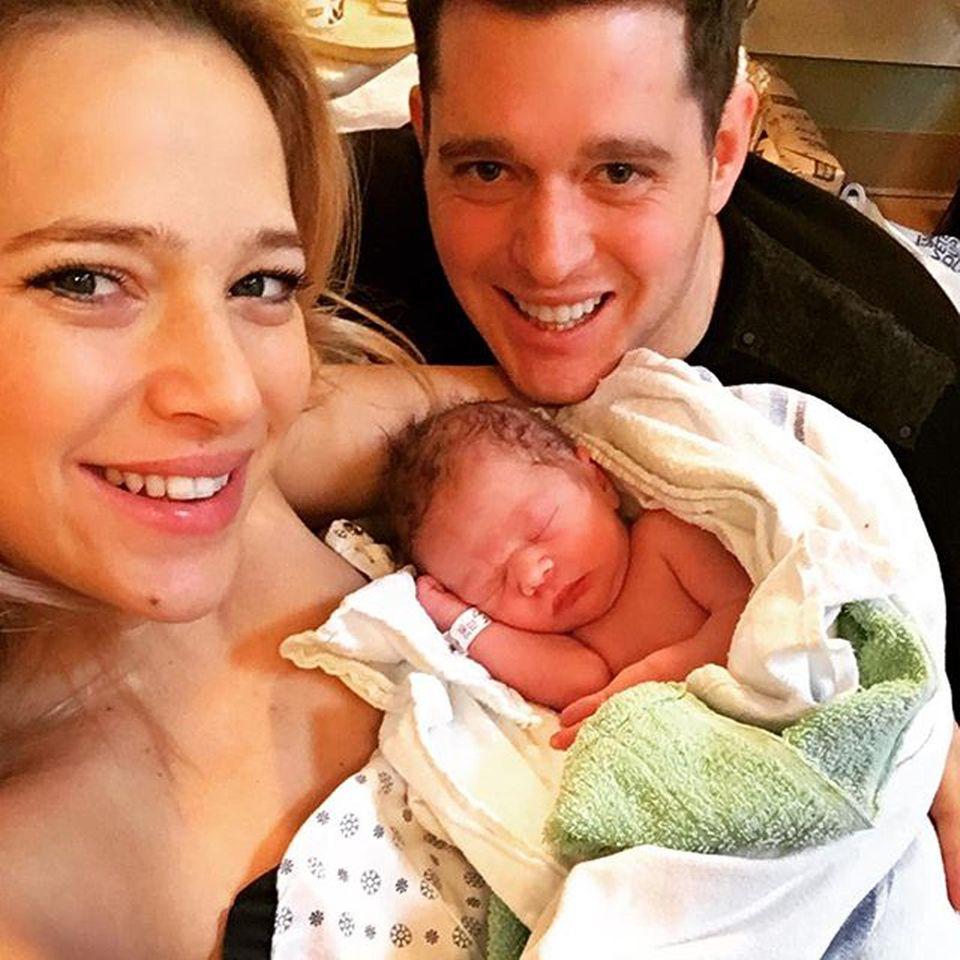 """Januar 2016  Michael Bublé stellt sein zweites Söhnchen über Instagram vor. Zu dem Bild, auf dem auch Ehefrau Luisana Lopilato kurz nach der Geburt glücklich in die Kamera lächelt, schreibt der Sänger: """"Und dann waren es 4. Darf ich Noahs kleinen Bruder Elias Bublé vorstellen #Familie #gesegnet #Brüder"""""""