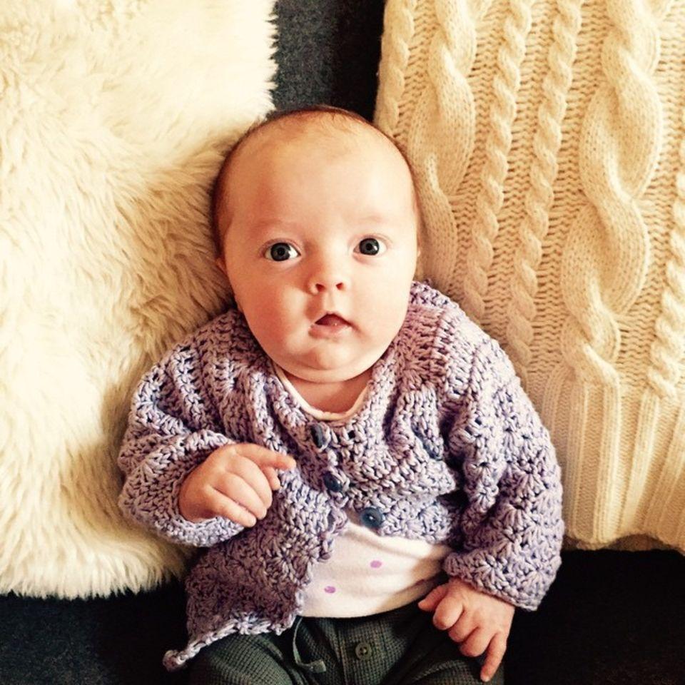Februar 2015  Jimmy Fallon sendet Dienstagsgrüße mit einem Foto von seiner süßen Tochter Franny. Die Kleine erblickte das Licht der Welt am 3. Dezember 2014.