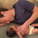 Dezember 2015  Mark Zuckerberg kuschelt mit Töchterchen Max. Der Facebook-Gründer gönnt sich nach der Geburt seines Babys eine Elternzeit.