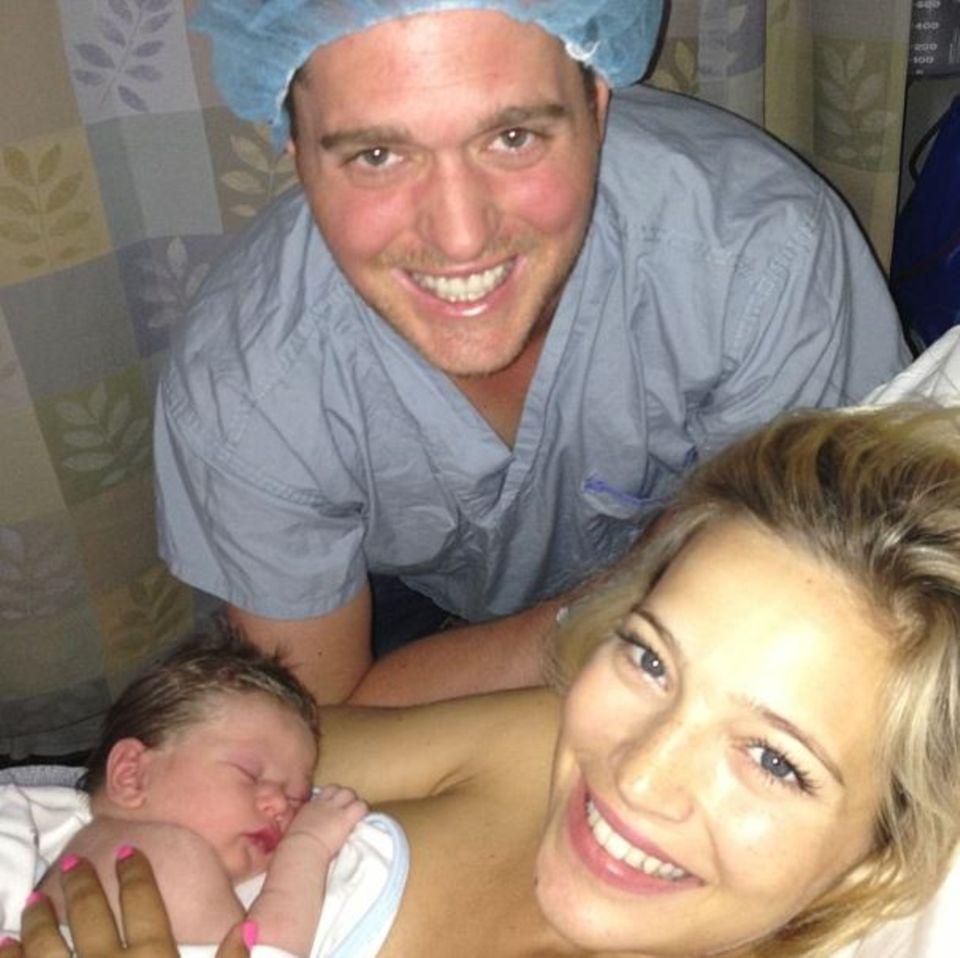 August 2013: Michael Bublé veröffentlicht nach der Geburt seines ersten Sohnes Noah dieses Foto auf Twitter. Die frischgebackene Mutter Luisana Lopilato blickt wie der Sänger glücklich in die Kamera.