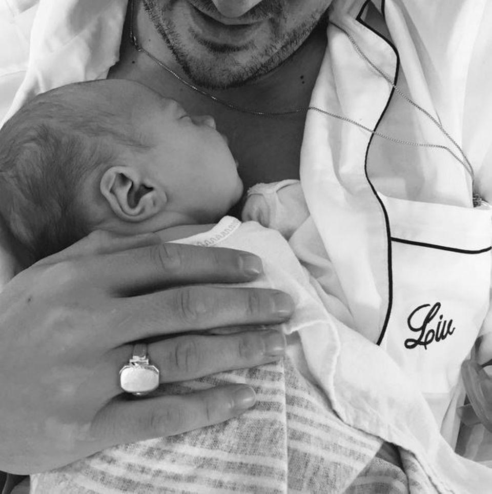 Liv Tyler hat die Geburt gut überstanden. Voller Freude postet sie dieses süße Foto von Töchterchen Lula Rose Gardner in den Armen von Ehemann David Gardner.