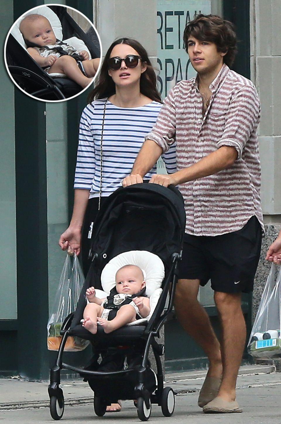 August 2015: Die stolzen Eltern Keira Knightley und James Righton sind mit Töchterchen Edie in New York unterwegs. Die Kleine kam im Mai zur Welt.