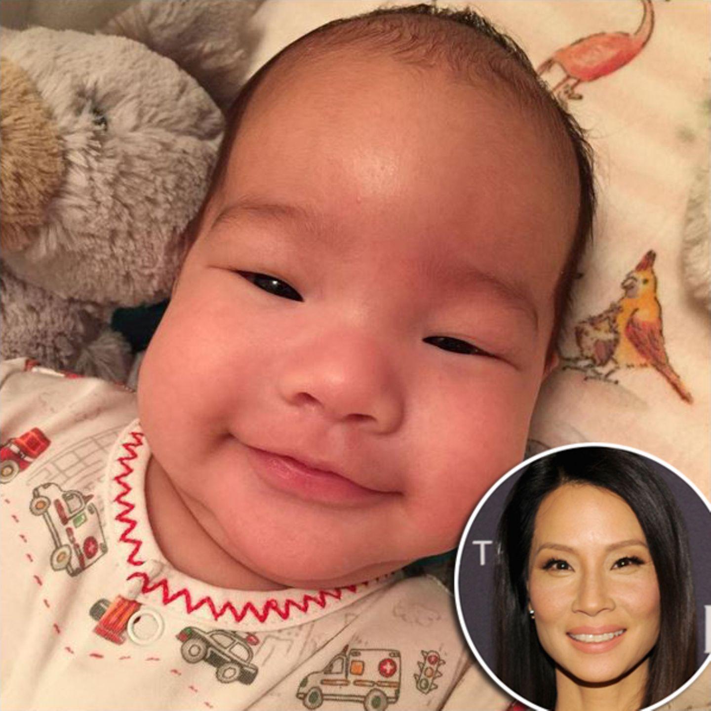 November 2015:Zwei Monate ist der kleine Rockwell nun alt, der seiner Mutter Lucy Liu mit 46 Jahren das Babyglück bescherte und auf seinem dritten Instagram-Foto niedlich in die Kamera lächelt.