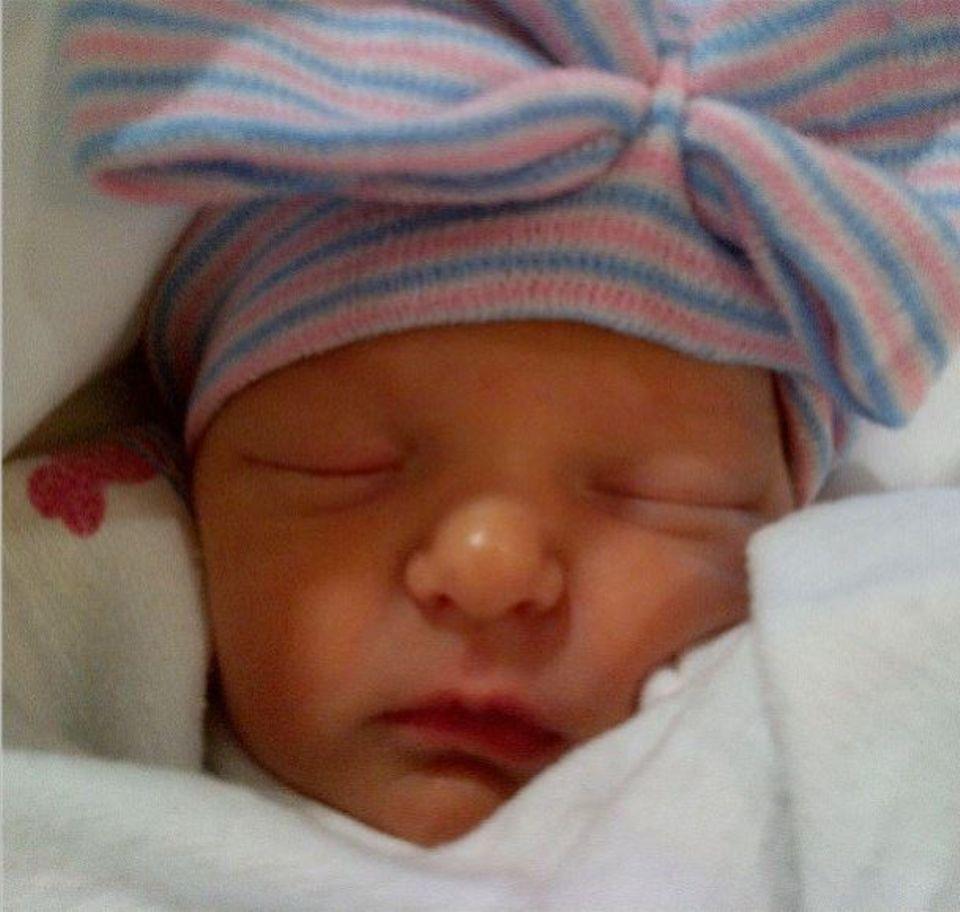 Juli 2013: Talkmaster Jimmy Fallon stellt uns auf seinem Instagram-Profil seine süße Tochter Winnie Rose Fallon vor. Das Mädchen kam am 23. Juli per Leihmutter zur Welt.