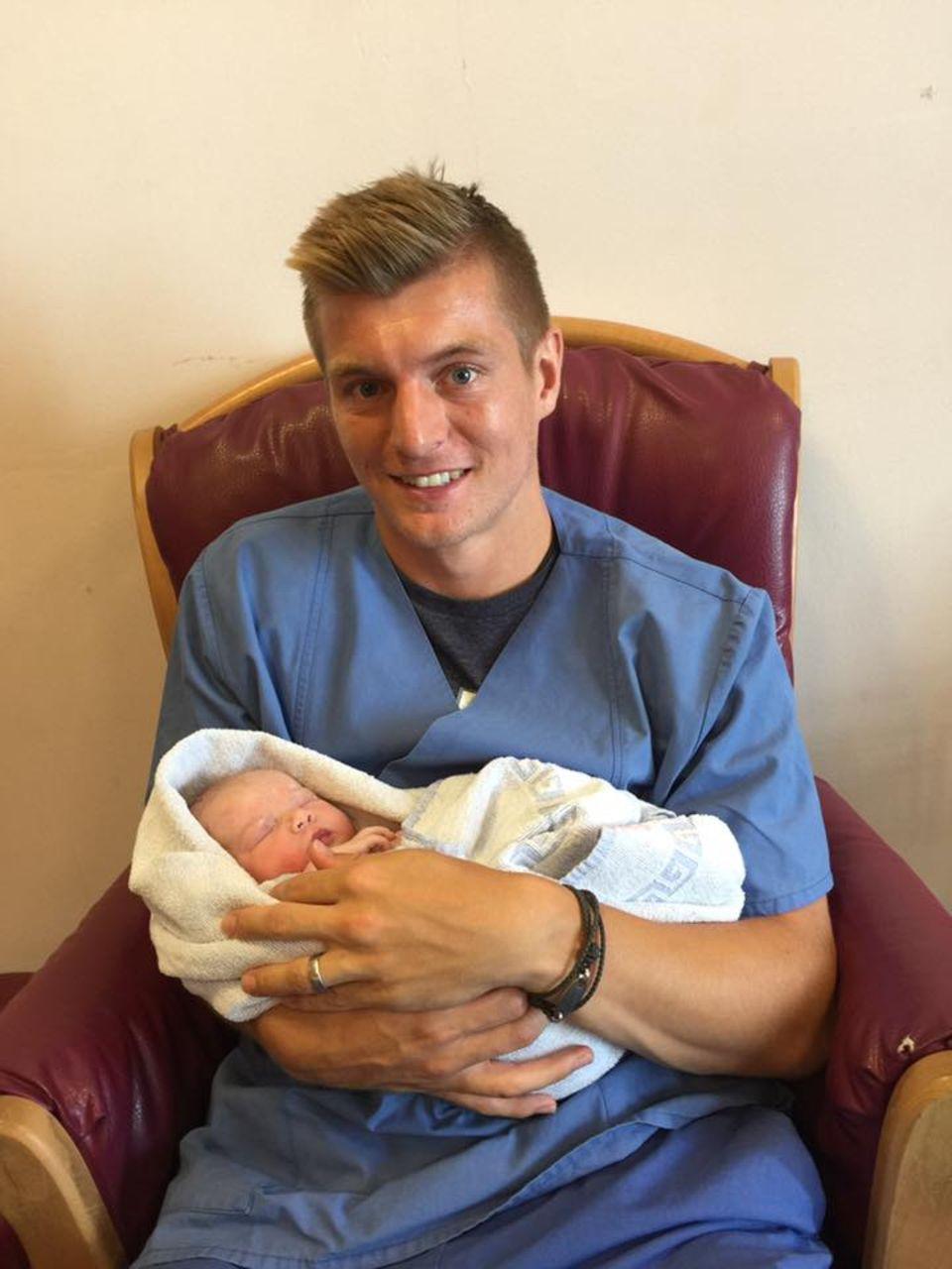 Juli 2016  Toni Kroos hält stolz sein zweites Baby in den Armen. Auch wir heißen die kleine Amelie willkommen und gratulieren dem Mittelfeldstar.