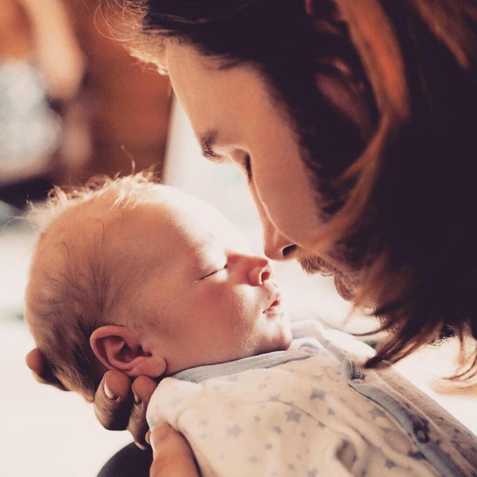 April 2015: Gil Ofarim freut sich über Nachwuchs. Auf Facebook teilt er das erste Foto von Sohn Leonard Dean mit seinen Fans. Der Junge kam am 6. März zur Welt.
