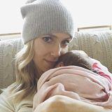 """November 2015:Eine Woche nach der Entbindung zeigt sich """"The Hills""""-Star Kristin Cavallari erstmals mit ihrer Tochter Saylor, die sie in ein mädchenrosa Deckchen eingewickelt hat."""