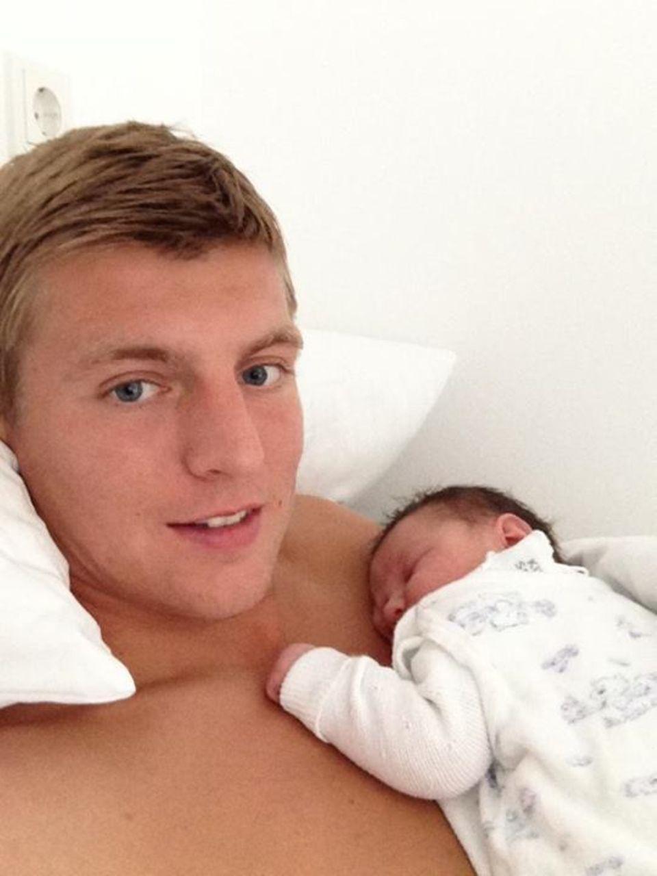 """August 2013: Nationalfußballer Toni Kroos ist zum ersten Mal Vater geworden. Der """"Bayern""""-Star stellt auf Facebook seinen Sohn Leon vor."""