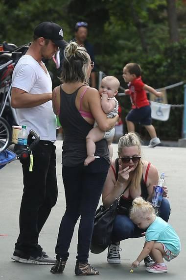 Juli 2013:  Schauspieler Cam Gigandet und seine Verlobte Dominique Geisendorff verbringen mit ihren Kindern Everleigh und Rekker einen Tag im Freizeitpark im kalifornischen Anaheim. Dabei dürfen wir den ersten Blick auf ihr fünf Monate altes Söhnchen werfen.