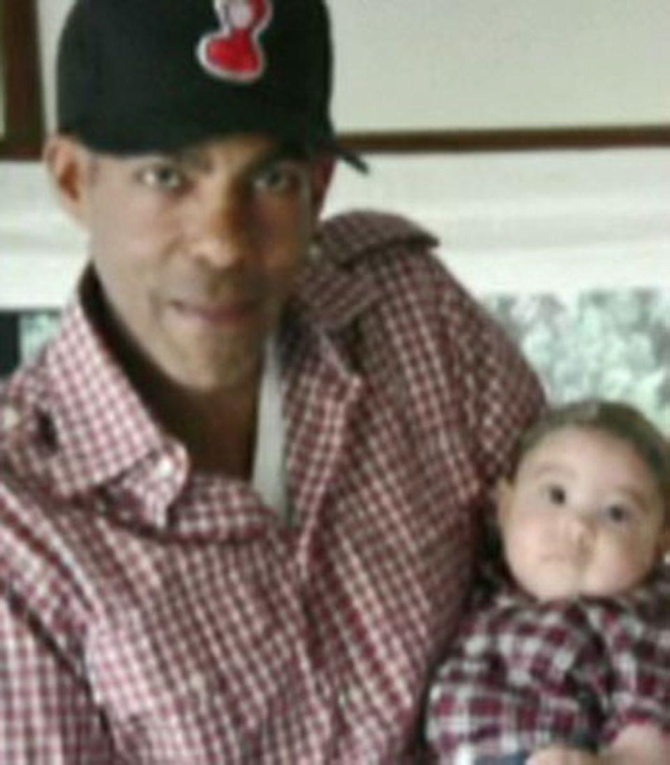 Sooo süß! Die kleine Tochter von Ellen Pompeo posiert im Partnerlook mit ihrem Papa Chris Ivery.
