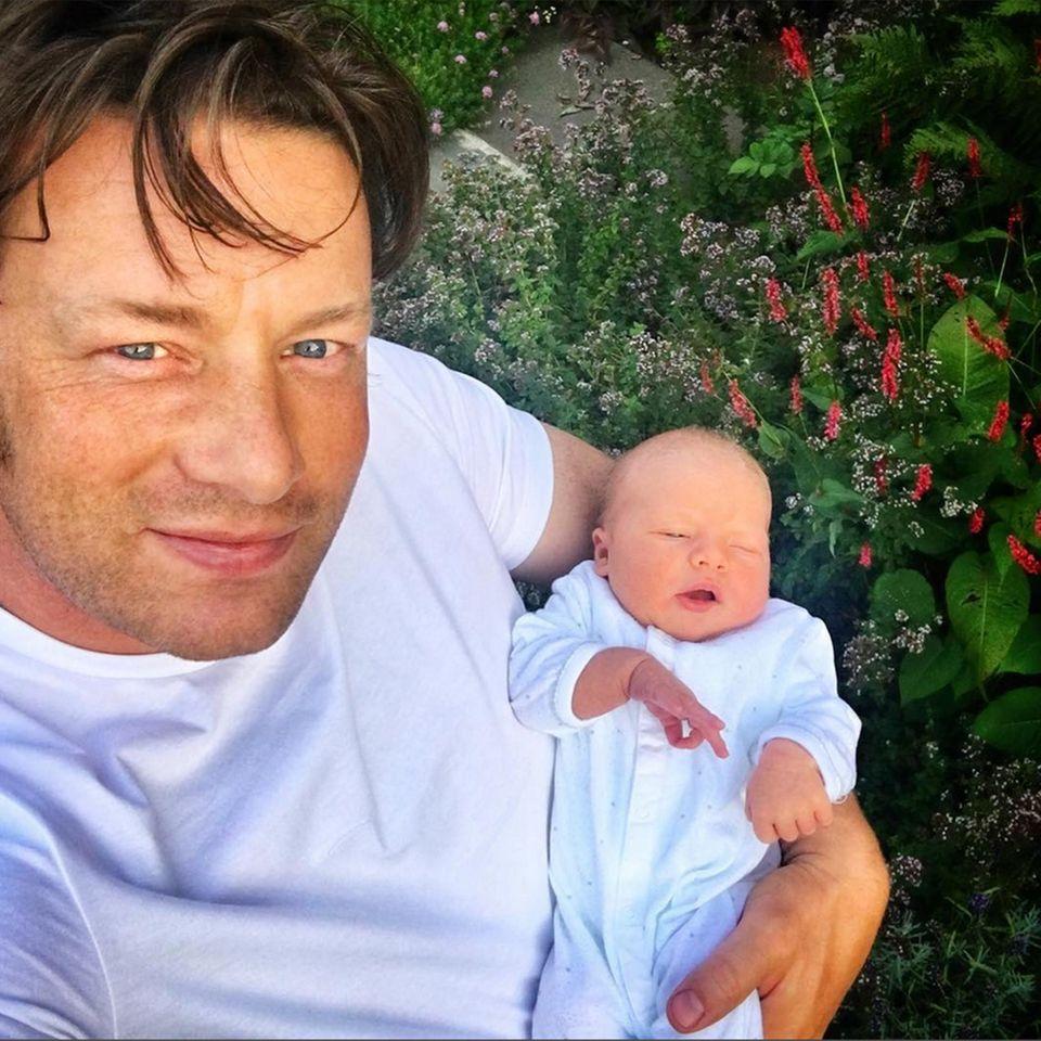 Jamie Oliver zeigt seinen zweiten Sohn nicht nur ganz stolz auf seinem eigenen Instagram-Account, für eine süße Liebeserklärung hat er sich jetzt auch bei seiner Frau Jools eingehackt...