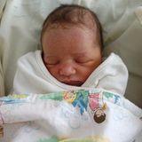 April 2015: Noch am Tag der Geburt zeigt die stolze Mutter Milla Jovovich ein Bild ihrer Tochter Dashiel Edan auf Instagram.