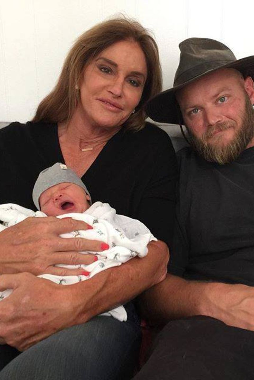 Caitlyn Jenner ist mal wieder Oma geworden. Der kleine Bodhi hat das Licht der Welt erblickt. An der Seite von ihrem Sohn Burt Jenner freut sie sich über das süße Baby.