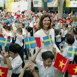 """6. Februar 2006  Ihre Arbeit für die """"World Childhood Foundation"""" lässt Silvia fiel von der Welt sehen. In Vietnam wird sie von Schulkindern mit Fahnen begrüßt."""