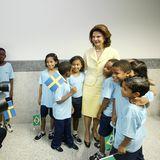 26. März 2010  Schwedens Königin ist nach Brasilien gereist und posiert vor Fotografen mit einigen Kindern. Durch ihre Kindheit in Brasilienspricht sie neben Deutsch, Schwedisch und Englischauch Portugiesisch. Ein wahres Sprachtalent.