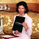 """12. März 1999  Königin Silvia präsentiert im Stockholmer Schloss ihr neuestes Projekt, die """"World Childhood Foundation"""", die sie gestiftet hat. Ziel der Stiftung ist es, so heißt es auf der offiziellen Homepage, """"weltweit für bessere Lebensbedingungen von gefährdeten, bedürftigen und ausgebeuteten Kindern zu sorgen und entsprechende Hilfsprojekte zu fördern."""""""