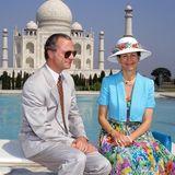 1993  Aber nicht nur die Familie nimmt Silvia in Anspruch, sondern auch die royalen Aufgaben.  Das Paar absolviert vieleStaatsbesuch, wie auf diesem Fotoin Indien. Gemeinsam posieren sie vor dembekannten Mausoleum.