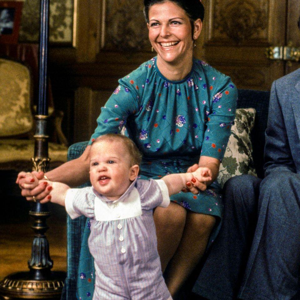 13. Mai 1980  Der erste Geburtstag des Prinzen wird im Schloss Drottningholm auf der Insel Lovön gefeiert. Silvia fühlt sich in ihrer Mutterrolle sichtlich wohl.